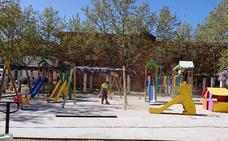 La zona infantil del parque de las Minas de Navalmoral estrena mobiliario