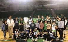 Los jugadores del Cáceres reciben la visita de niños de Andah