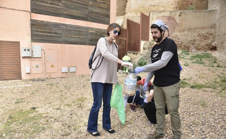 Voluntarios contra la basura invisible en Badajoz