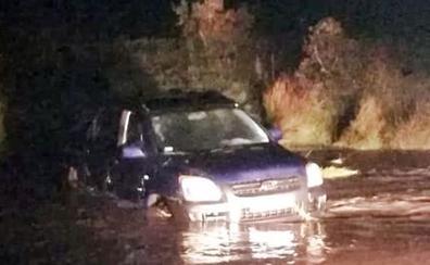 La Guardia Civil rescata a tres personas atrapadas en un coche en un arroyo de Alconchel