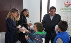 Reparto de botellas reutilizables para reducir residuos en los colegios