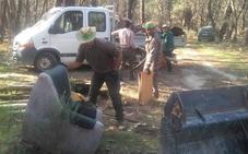 Cazadores y vecinos retiran 80.000 kilos de basura del pinar y del corredor ecológico de Talayuela