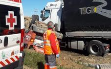 Dos heridos leves en un choque frontal entre camiones en Santa Marta de los Barros