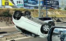 Vuelca un coche en la autopista de Badajoz tras chocar con otro en el cruce de la carretera de Sevilla