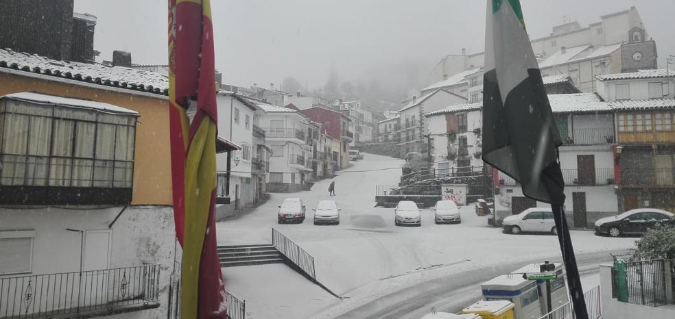 La nieve llega al norte de Cáceres y la alerta se amplía hasta mañana