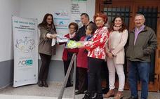 El Hogar de Mayores de Villanueva de la Serena dona gorros a los niños con cáncer
