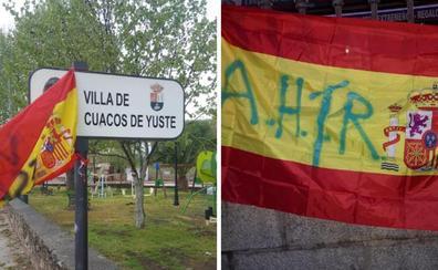 Cuacos de Yuste amanece con varias banderas de España con simbología nazi