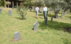 Alemania limpia las pintadas y cambiará las cruces rotas en su cementerio de Yuste