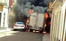 Arde un camión y afecta a un coche y varias viviendas en Villar del Rey