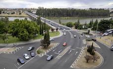 Herido un motorista en una caída a la entrada del puente de la Universidad en Badajoz