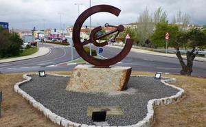 Los ingenieros técnicos industriales de Cáceres donan un escultura a Navalmoral