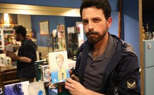Mario Quintana presenta su primer libro, un diario personal con poemas