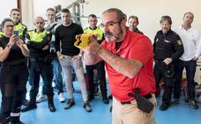 Los policías locales aprenden a usar las nuevas pistolas eléctricas en la Jefatura de Plasencia