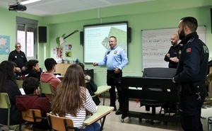 Policías portugueses explican la ley lusa a menores cacereños para que viajen con seguridad