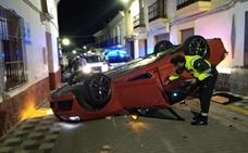 Un coche vuelca en Lobón tras chocar contra un turismo y dos casas