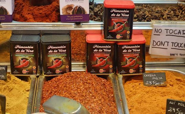 Latas de pimentón en el mercado de la Boquería de Barcelona