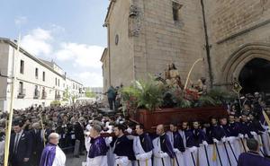 Las procesiones de Cáceres echan a andar entre multitudes