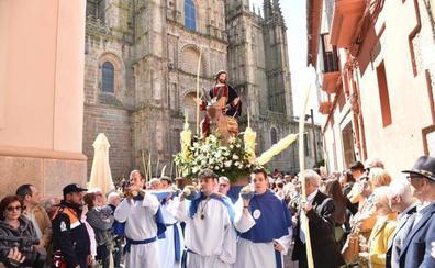 Decenas de fieles acompañan a la Borriquita de Plasencia