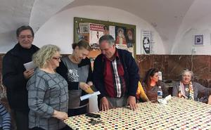 Cáritas Almendralejo entrega 1.188 euros a un misionero en Zimbabwe