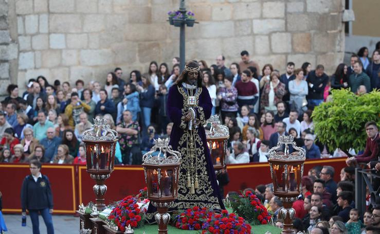 Imágenes del Lunes Santo en Mérida: Jesús de Medinaceli, Santísimo Cristo de las Injurias y Nuestra Señora del Rosario