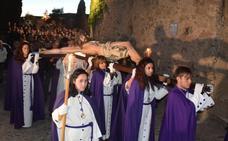 Numerosos devotos acompañan al Via Crucis por la parte antigua de Trujillo