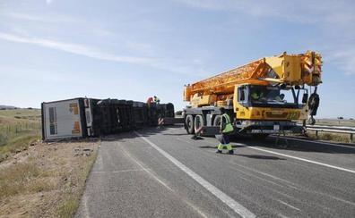 Más de 15 horas con el tráfico cortado en los dos carriles de la A-66 sentido Gijón tras el vuelco de un camión