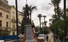 Instalan la estatua de Menacho en la avenida de Huelva de Badajoz