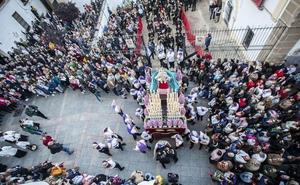 La Salud celebra en Cáceres diez años de su primer desfile con estrenos y un emotivo recuerdo