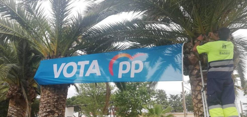 El PSOE denuncia al PP porque empleados municipales colocan una pancarta en Valdebótoa