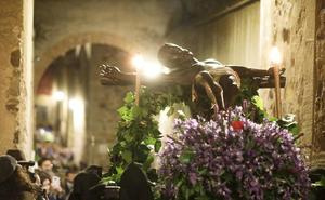 El Cristo Negro volvió a levantar expectación a su paso por la Ciudad Monumental de Cáceres
