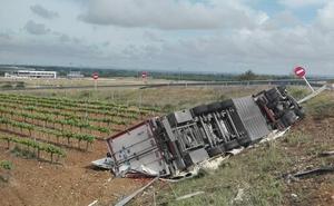 Un fallecido y un herido al salirse de la vía un camión cerca de Guadajira