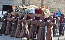 La estación procesional del Silencio cierra los desfiles del Viernes Santo cauriense