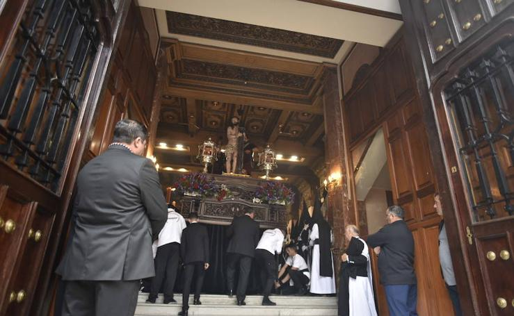 La procesión del Ecce-Homo y la Soledad en Badajoz se vio alterada por la lluvia