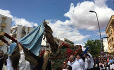 La procesión del Cristo Resucitado congregó a cientos de personas en La Paz de Almendralejo
