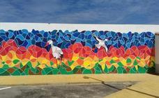 El mural 'Las cigüeñas de Aizenay' en Malpartida de Cáceres ya está terminado