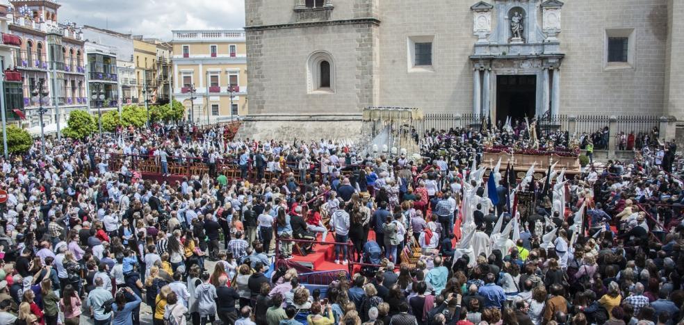 El Resucitado y La Aurora despiden la Semana Santa en Badajoz