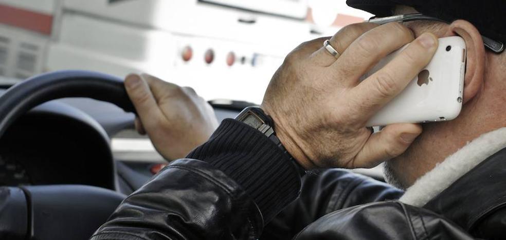 Casi la mitad de los españoles usa el móvil al volante y tres de cada diez manipulan el GPS