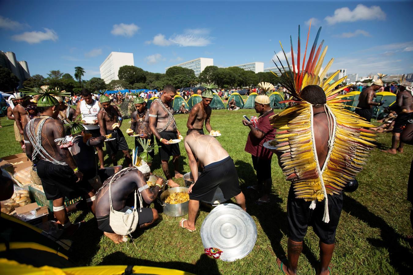 Indios de todo Brasil protestan contra las políticas del presidente Bolsonaro