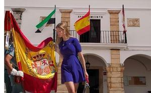Piden a Fuente del Maestre que retire un cartel de una jura de bandera con una mujer en minifalda