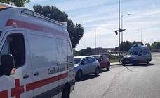 Dos heridos leves en el choque de un coche y una moto en Badajoz