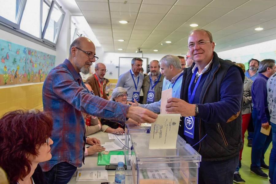 Políticos extremeños votando en sus colegios electorales