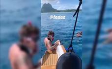 Chiara Ferragni y Fedez se bañan entre tiburones y rayas