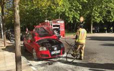 Arde un coche en la avenida Condes de Barcelona de Badajoz