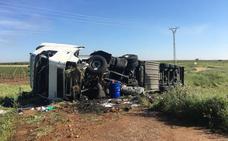 Un camión vuelca en la circunvalación de Almendralejo