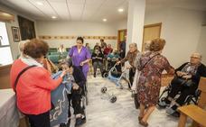 El besamantos de la Virgen de la Montaña de Cáceres arranca en las residencias de mayores
