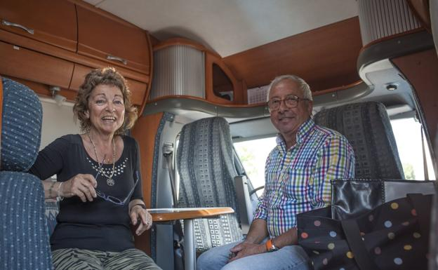 Yolanda y José en el interior de su autocaravana.: PAKOPÍ