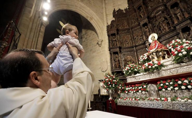 Se presentan a 170 niños ante la Virgen de la Montaña