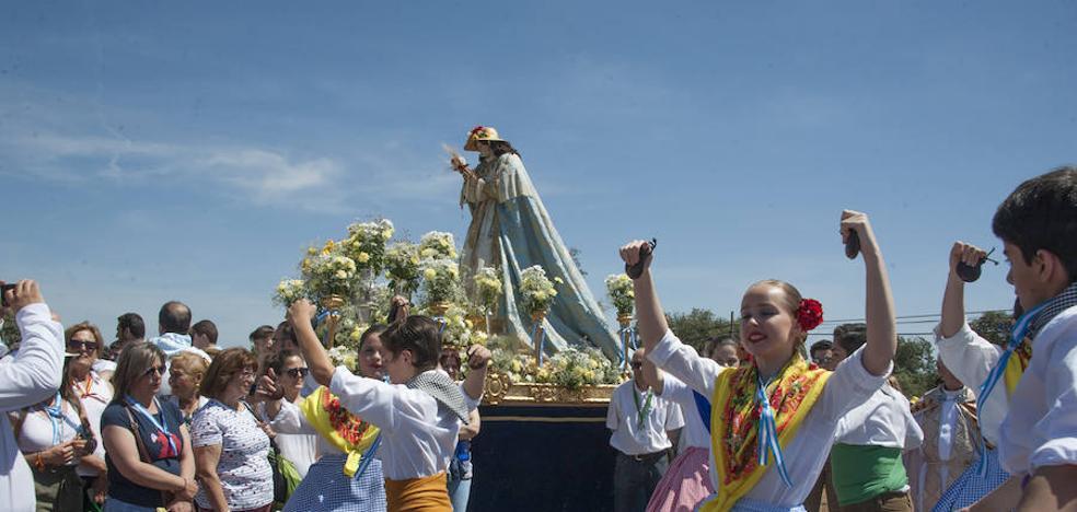 Romería multitudinaría para venerar a la copatrona en la dehesa de Bótoa
