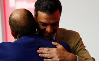 Pedro Sánchez comienza las consultas de Gobierno con una reunión de trámite con Casado