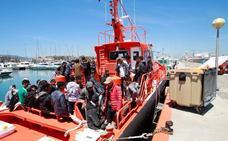Muere una mujer y desaparece un niño al volcar una patera en las costas de Cádiz
